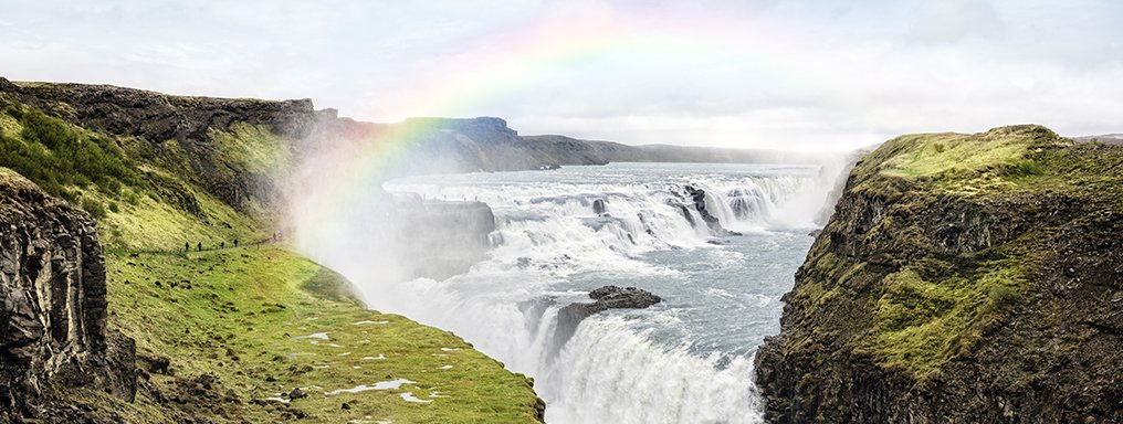La cascata Gullfoss sovrastata da un arcobaleno.
